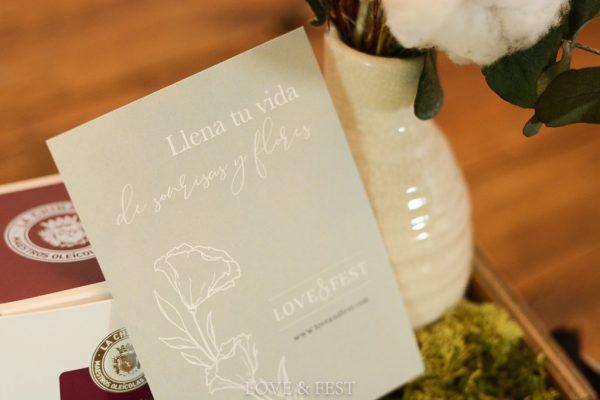 Caja madera con jarroncito detalle tarjeta LOVE&FEST