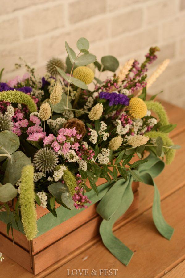 caja madera con flores detalle LOVE&FEST
