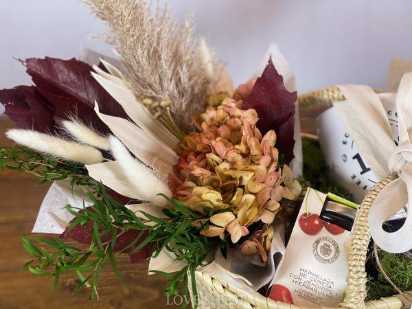 Cesto Desayuno con flores LOVE&FEST