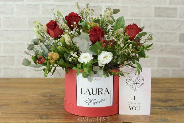 Sombrerera flores LOVE con tarjeta LOVE&FEST