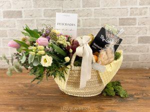 Cesta desayuno con flores
